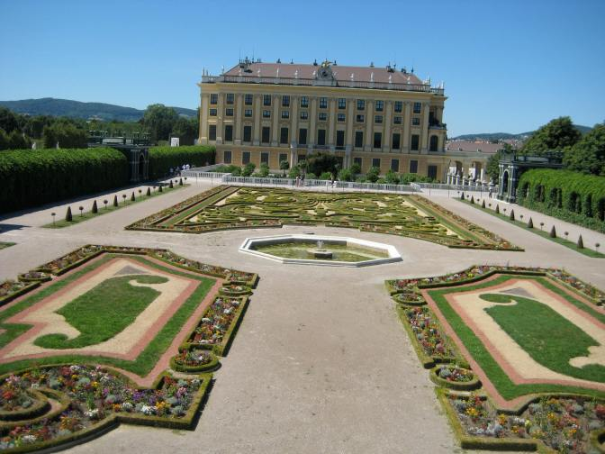 Side view of the palace and one of its many gardens. Photo : Maria Schindlecker